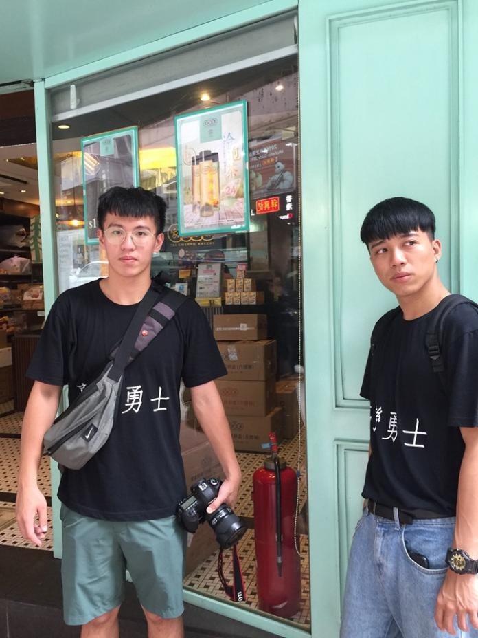 <br> ▲呱吉讓他的助理身穿「台灣勇士」的 T-Shirt,來實測看看「三天後有沒有獲得免費性愛」,這麼名目張的「自我宣告」,但得到的答案是「沒有」。(圖/翻攝自呱吉臉書)