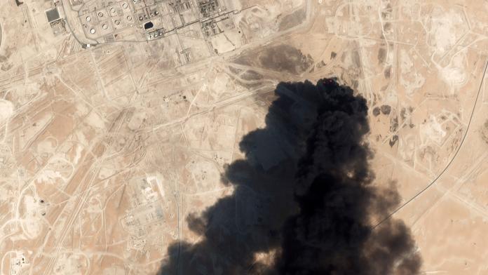 ▲無人機造價低廉,但卻足以引起飛安問題,已逐漸形成一種新型的戰爭態勢。圖為 14 日沙國煉油廠遭襲擊空拍照。(圖/美聯社/達志影像)