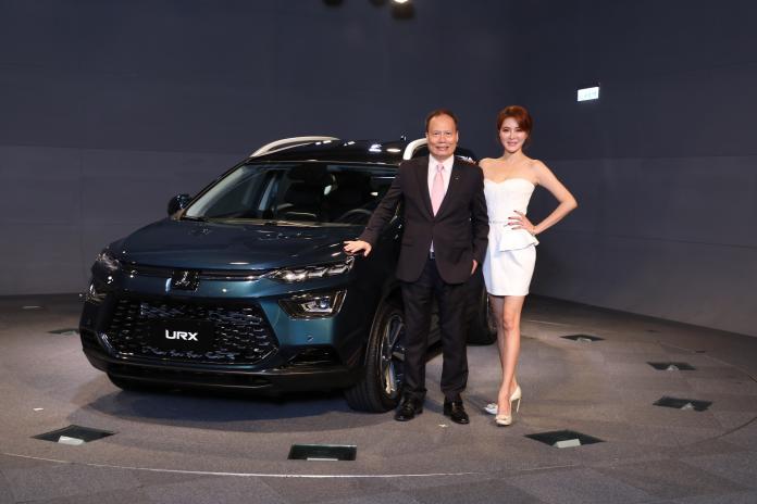 ▲納智捷總經理蔡文榮(左二)展示新LUXGEN URX車款。(圖/業者提供)