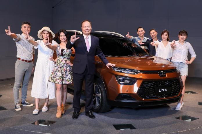 ▲納智捷總經理蔡文榮(左三)展示新LUXGEN URX車款。(圖/業者提供)