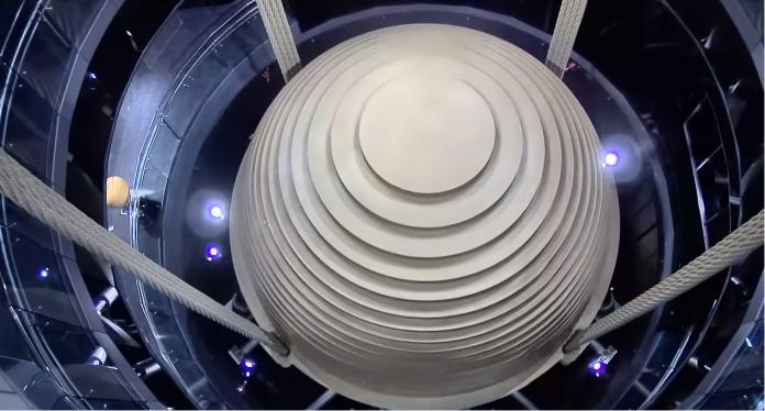 ▲台北 101 最重要的科技零件「調值阻尼器」,是重要的防風機制,能抵銷 101 大樓主體的水平搖晃。(圖/翻攝台北 101 youtube)