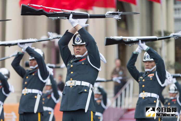 <b>三軍儀隊</b>執勤改配掛「榮譽勳表」 遭質疑勳章當裝飾品