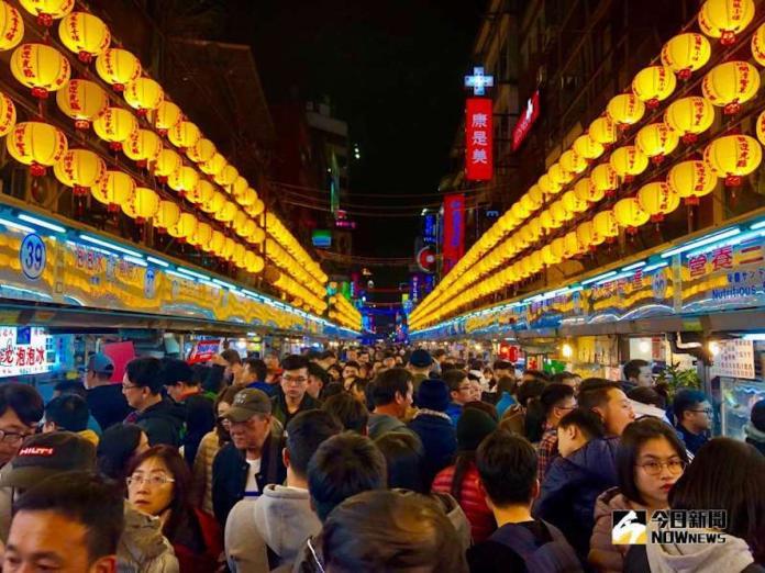 ▲夜市在台灣的各大縣市都有,每條夜市都有不同的屬性,甚至有些夜市還會被冠上「貢盤仔夜市」,專門欺騙外國觀光客的錢。(示意圖/記者陳致宇攝)