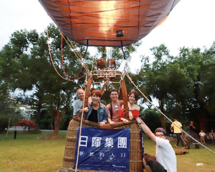 <br> ▲劇中女主角蘇晏霈搭上熱氣球飛走。(圖 / 民視提供)