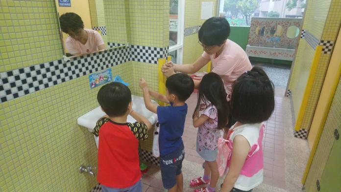 腸病毒疫情期間,請家長特別叮嚀小朋友確實做到正確洗手5步驟「濕、搓、沖、捧、擦」