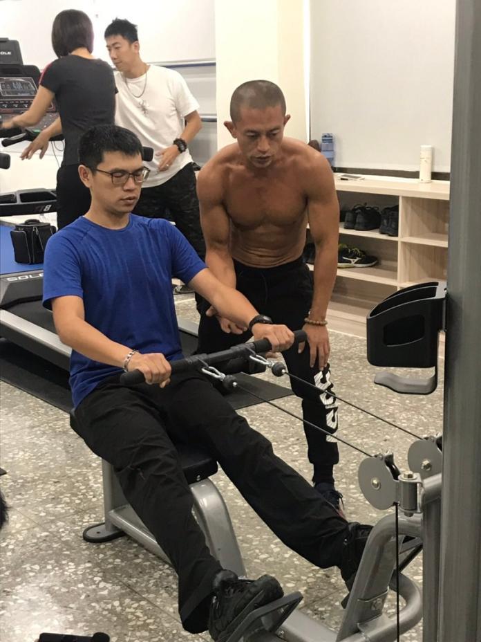 <br> ▲中市三分局員警於新啟用的戰技館中使用健身設備自主訓練(圖/警方提供)