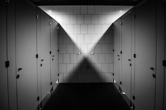 ▲原PO和男孩搭話後,去拿濕紙巾準備幫男孩擦屁股,但她回到廁所時,男孩卻消失了。(示意圖/翻攝自