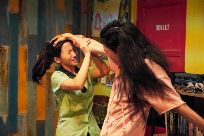 ▲瑋哥(右)在片中對蔡瑞雪「壓頭」。(圖/威視)