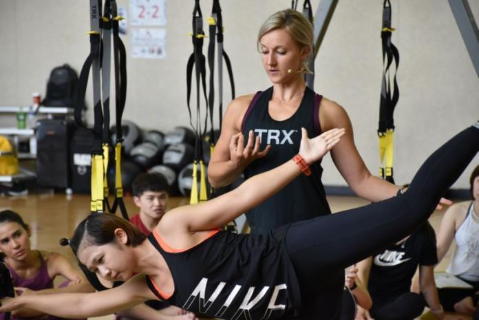 <br> ▲若是有瑜伽基礎的人,甚至可以進行更高難度動作的訓練,藉以提升平衡性及穩定性。(圖/NOWnews攝)