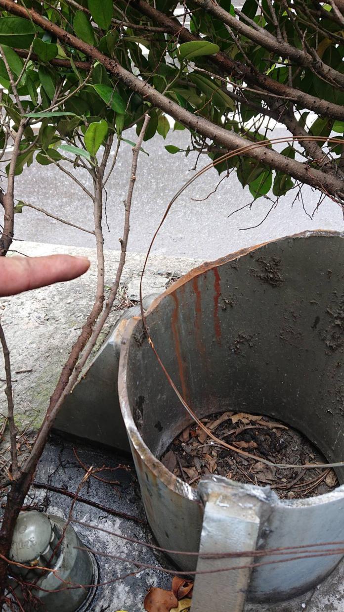 <br> ▲公路局工務段人員初步勘查,發現這座傾倒的標誌桿是空心桿,且基座出現些微鏽蝕。(圖/竹北分局提供)