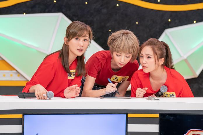 ▲陳珮騏(左起)、五熊、張文綺聊出國注意事項。(圖/TVBS歡樂台)