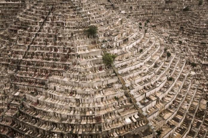 ▲香港地狹人稠是世界上眾所皆知的事情,但大家或許沒想過若活著非常擁擠就算了,沒想到連往生的「墓地」都得擠破頭。(圖/翻攝自推特)