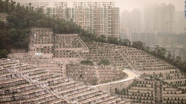 <br> ▲數千個墓碑一排又一排的整齊排列,從山頂排到山谷,完全看不到綠色的草地,恐怕有「密集恐懼症」的人看了都會發慌。(圖/翻攝自推特)