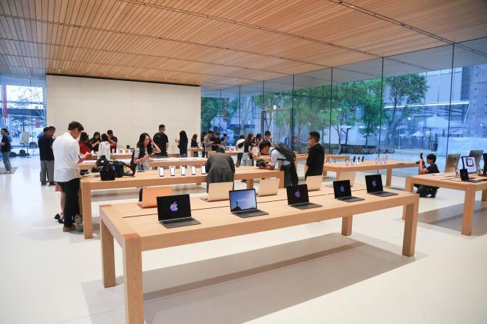 <br> ▲蘋果旗艦店現場有許多產品展示區,其中iPhone 11系列還是佔大部分。(圖/記者葉政勳攝,2019.9.20)