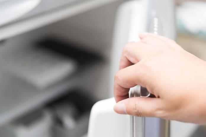 ▲英國一名女子,看到未婚夫把巧克力放進冰箱內的透明保險箱氣炸了。(示意圖/與當事人無關,取自 photoAC )