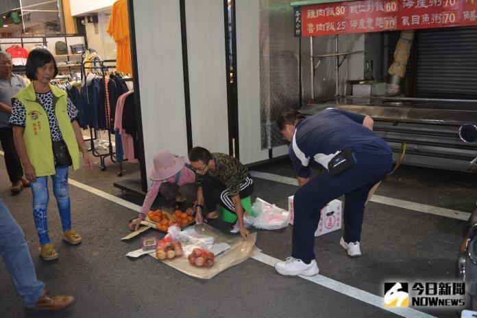 <br> ▲警方在柔性勸導中,協助攤商移位。(圖/記者郭政隆攝影2019.9.20)