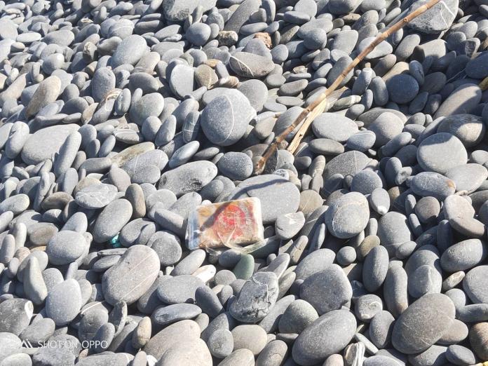 ▲有民眾在台東達仁鄉南田海岸撿石,意外發現海洛因磚,立刻報警處理。(圖/台東縣警局提供)