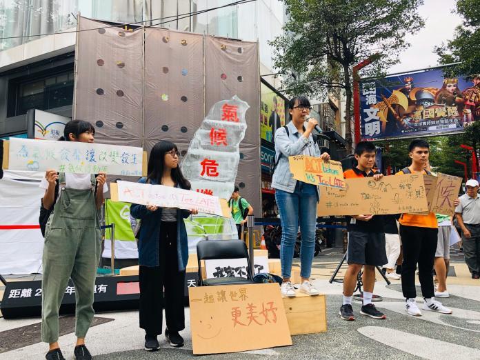 ▲為響應全球氣候行動,綠色和平22日與超過60位的台灣青年發起活動。(圖/綠色和平提供)
