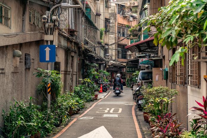 ▲有網友在 PTT 八卦版指出,台灣市容毀壞的主因,為電線桿數目眾多所致,貼文立刻引發網友論戰。(示意圖/翻攝自 Pixabay )