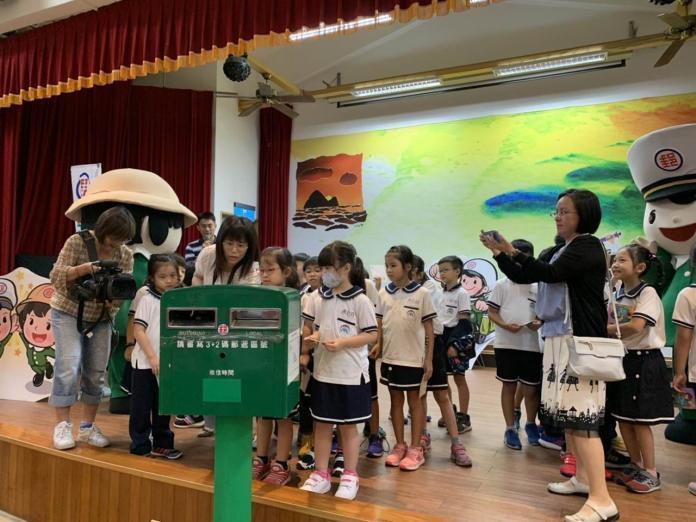 宜蘭郵局邀請光復國小二年級的小朋友將對老師的感謝話語,書寫在明信片上寄出,希望透過手寫的溫度,表達對老師、校長的謝意