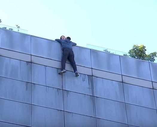 <br> ▲江宏恩為戲攀爬至9層高樓外。(圖 / 艾迪昇傳播提供)