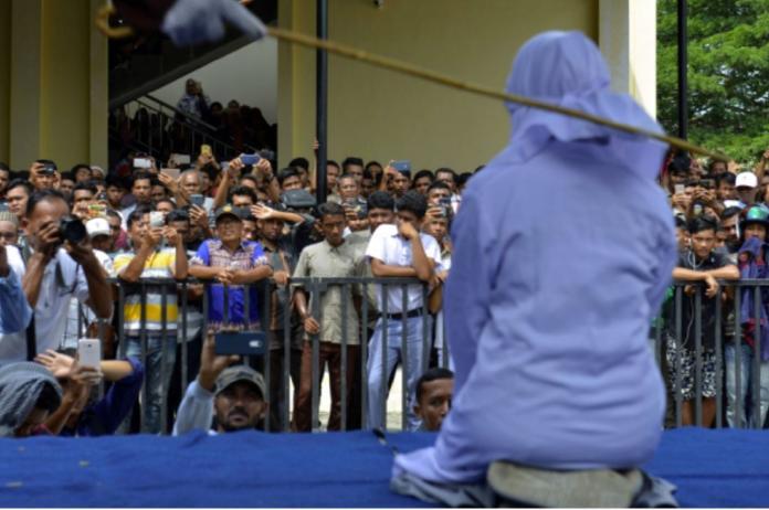 <br> 圖為因和男友擁抱而被公開鞭刑的一名印尼婦女。(圖/ANN)