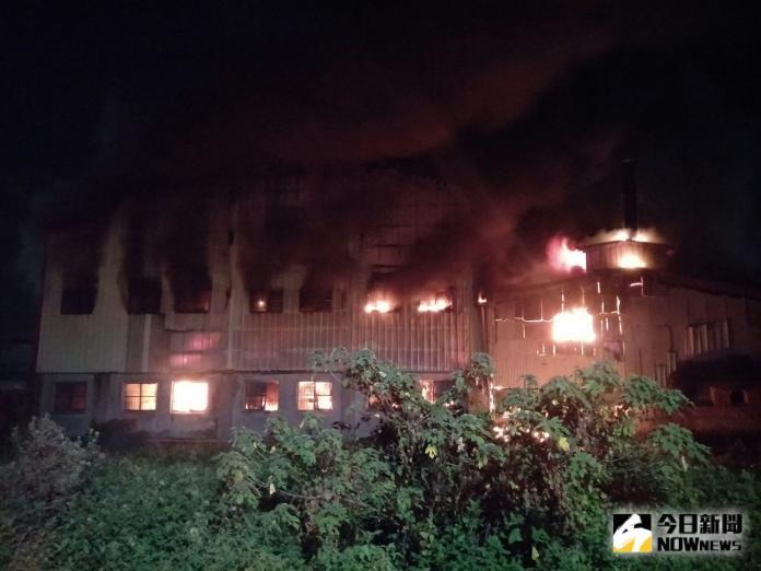 影/嚇人!塑膠粒工廠烈焰沖天 鐵皮百坪廠房幾全毀