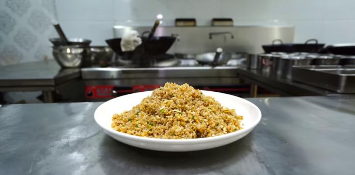 ▲王剛教大家做蛋炒飯卻被中國網友指是「辱華」。(圖/翻攝王剛Youtube)