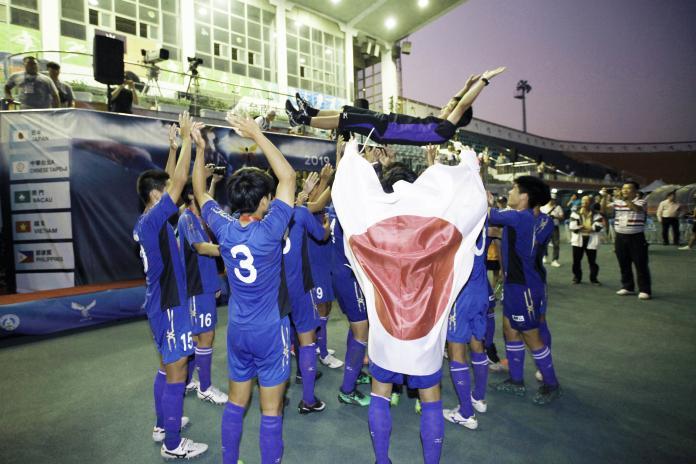 <br> ▲2019亞洲大學足球錦標賽,日本隊在奪冠後全隊將總教練高拋慶賀。(圖/大會提供)