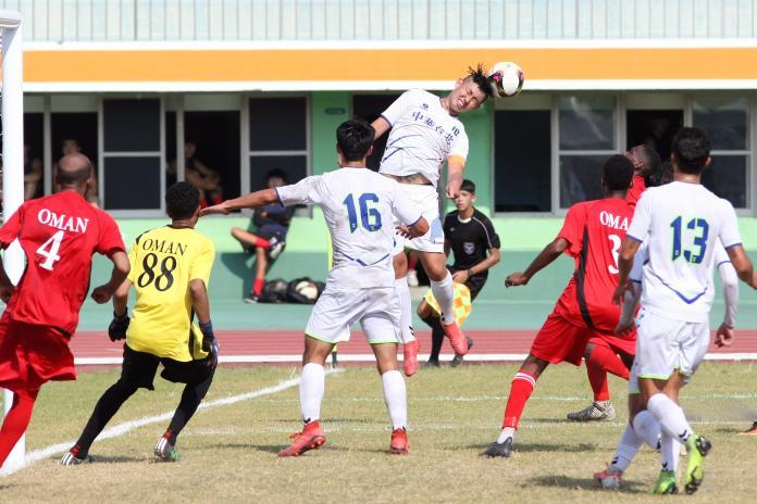 ▲2019亞洲大學足球錦標賽,中華A隊隊長陳威仁奮力頂球。(圖/大會提供)