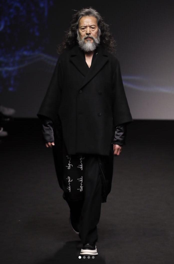 南韓時尚阿伯金七斗站上首爾時裝周伸展台,一頭野性飄逸白髮,更增添一種歲月的時尚感。(IG:cildugim)