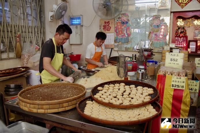 <br> ▲最香餅家至今仍遵循古法用碳燒的方式製作杏仁餅,每日現做現賣。(圖/記者陳致宇攝)