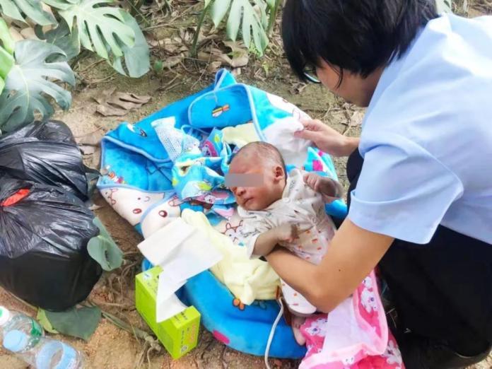 ▲大陸一名剛滿月的男嬰,遭棄置在雜草中。(圖/翻攝今日頭條)