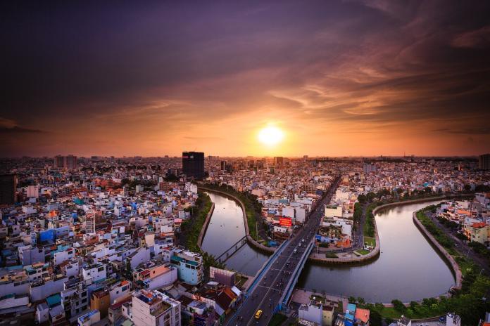 <br> ▲一名網友在 PTT 八卦版提到,人在越南胡志明市,發現物價直逼台北,年輕人人手一支 iPhone ,直言「越南根本不窮」,貼文立刻掀起網友論戰。(示意圖/翻攝自 Pixabay )