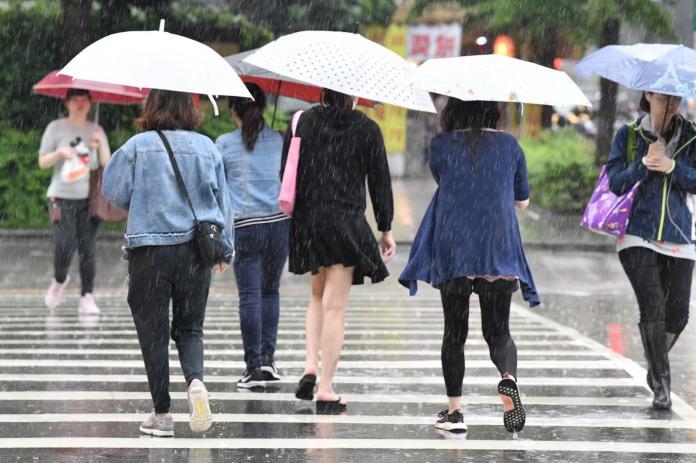 ▲ 連日的暴雨,不只在上班時的不方便,就連好不容易的假日「都泡湯」。(圖/記者林調遜攝 )