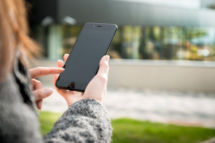 ▲一名女網友在《 Dcard 》貼文分享,自己的男友突然收到前女友傳訊問候「在幹嘛?」不過,男友立刻避嫌回應 4 字,讓她感到十分暖心。(示意圖/翻攝自 Pixabay )