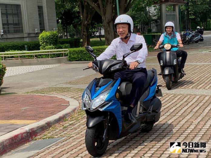 明起騎乘電動車、打方向燈有新制 不注意小心荷包失血