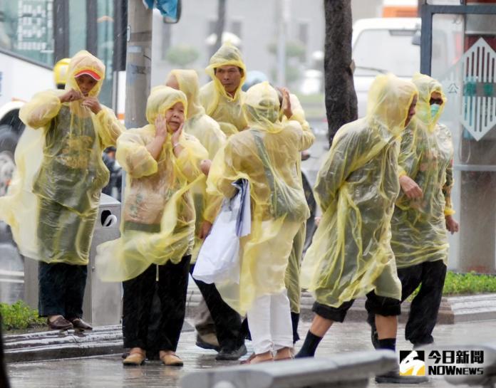▲今年第18號颱風「米塔」過去3小時強度又略為增強,氣象局指出,不排除颱風路徑會再向台灣陸地靠近,午後各地風雨也會更為顯著,提醒民眾注意。(圖/NOWnews資料照片)