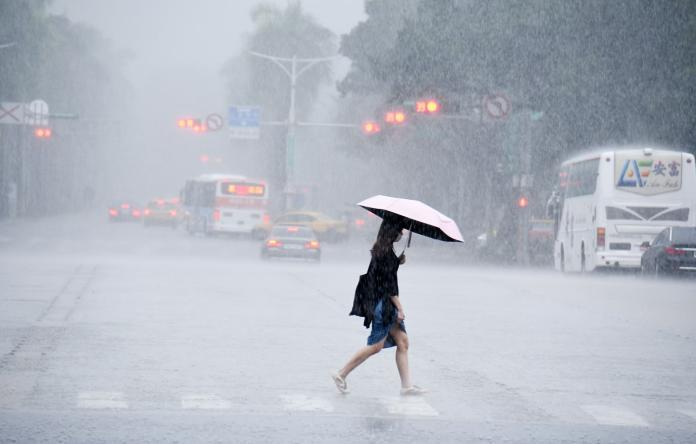 ▲氣象局指出,米塔暴風圈今日中午左右會接觸台灣陸地,《 NOWnews今日新聞》直播也將帶大家了解氣象局最新說法。(圖/NOWnews資料照片)