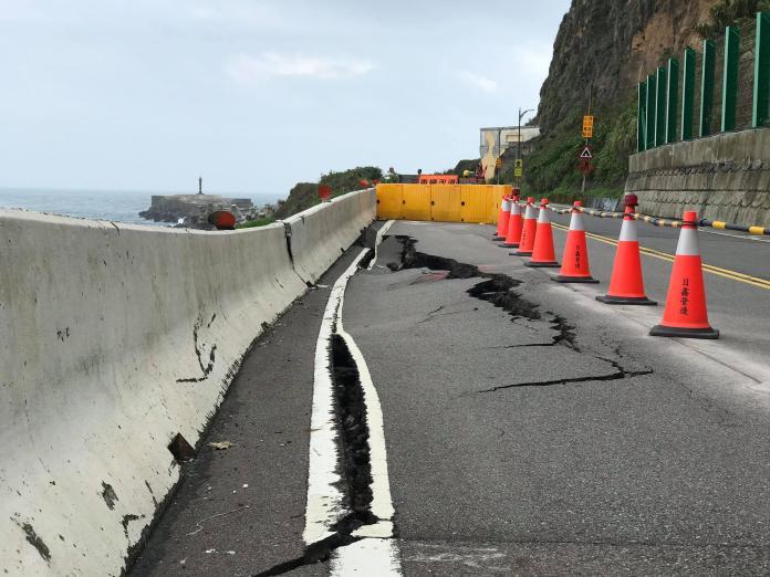 <br> ▲路基塌陷嚴重,地面裂出嚴重裂痕,萬里區公所緊急將塌陷路面圍住。(圖/記者宋原彰翻攝)