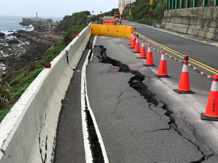 <br> ▲萬里區公所緊急將塌陷路面圍住,目前維持單線雙向通行。。(圖/記者宋原彰翻攝)