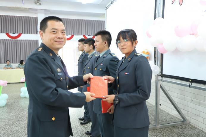 ▲ 廠長劉上校為官兵授階。(湖口聯保廠提供)