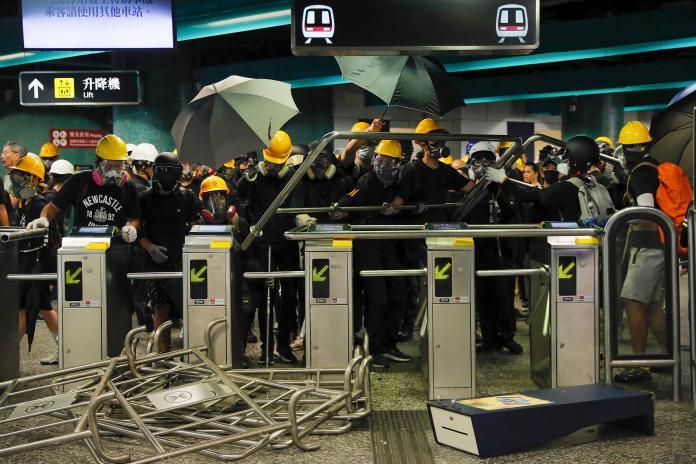 ▲港鐵近來在反送中示威活動中頻頻遭受破壞。資料照。(圖/美聯社/達志影像)