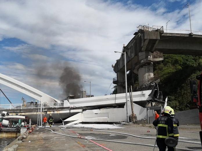 ▲宜蘭南方澳跨海大橋驚傳倒塌。(圖/宜蘭縣義勇消防總隊提供)