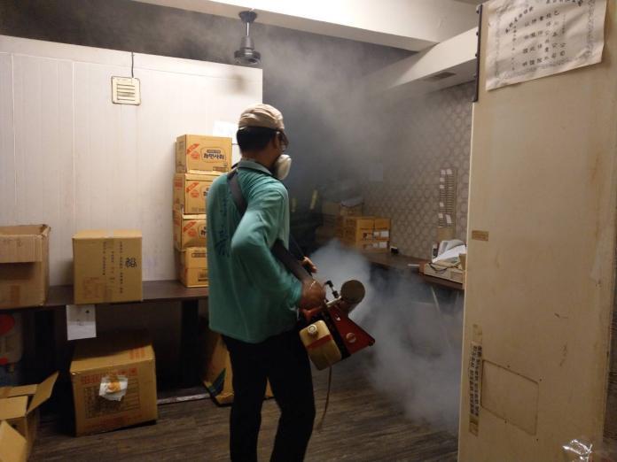 ▲防疫人員對育樂街餐飲業者實施室內化學防治。(圖/台南市登革熱防治中心)