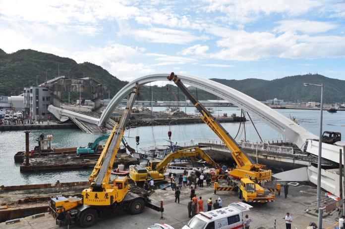▲宜蘭南方澳跨海大橋於今( 1 )日上午9點半驚傳坍塌,引起各界譁然。(圖/記者陳明安攝)