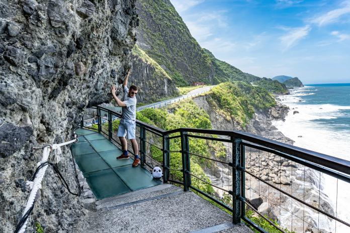德國籍演員Julian首次踏上花蓮豐濱天空步道,對壯闊美景驚嘆不己。