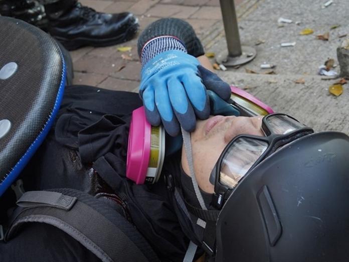 ▲有示威者中彈倒地。(圖/翻攝香港大學學生會校園電視)