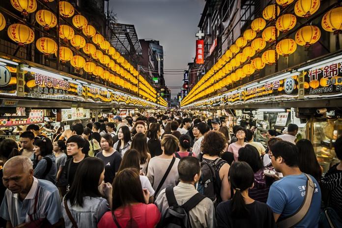 ▲最近國人參加「全團無購物」旅行團,到海外才驚覺是「變相購物團」。圖為示意圖。(圖/翻攝自 Pixabay )