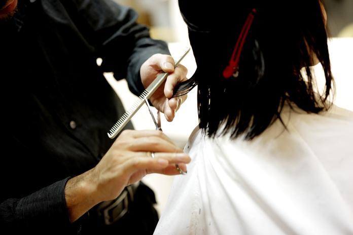 ▲美髮師幫客人理髮。(示意圖/翻攝自 pixabay )
